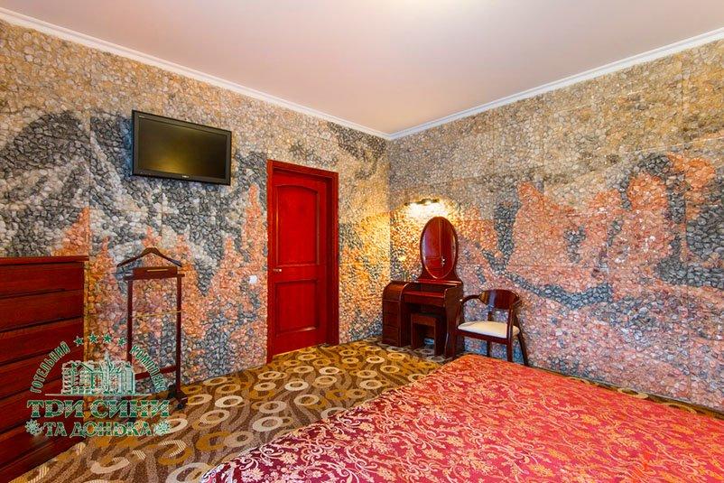 Отель «Три Cына и Дочка 4 *» Сходница 2-комнатный Люкс (с дополнительным выходом на улицу) Фото №2