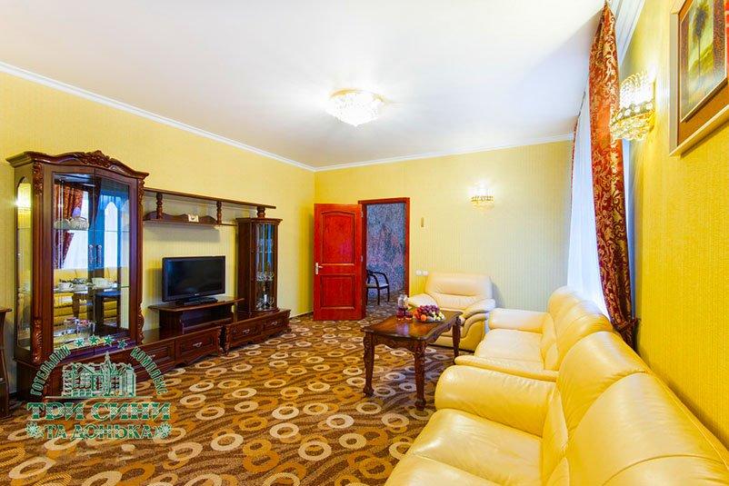 Отель «Три Cына и Дочка 4 *» Сходница 2-комнатный Люкс (с дополнительным выходом на улицу) Фото №1